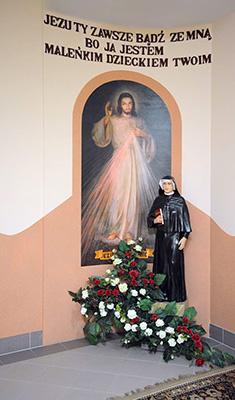 """""""Kącik"""" Św. Siostry Faustyny, Apostołki Bożego Miłosierdzia w naszym przedszkolu z hasłem """"Jezu zawsze bądź ze mną bo ja jestem maleńkim dzieckiem Twoim"""" zaczerpniętym z dzienniczka Świętej (por. Dz. 722)"""