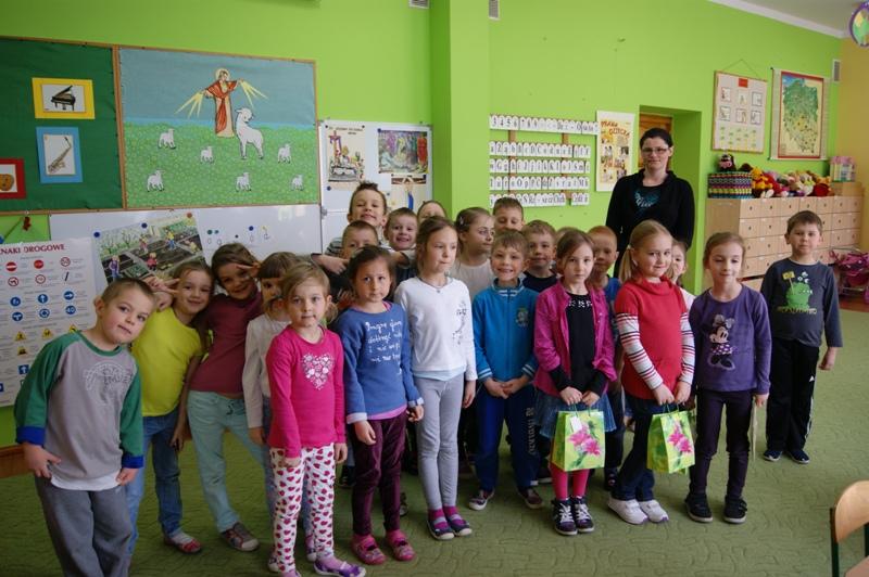Wspólne zdjęcie przedszkolaków i pierwszoklasistów