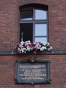 """Okno pokoju św. Faustyny Kowalskiej w klasztorze w Łagiewnikach {Źródło: Wikimedia Commons na licencji CC BY-SA 3.0 - praca własna użytkownika """"X ziomal X"""" plik przesłany przez użytkownika """"Khan Tengri""""}"""